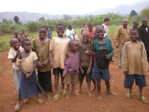 in compagnia dei bambini a Nyabangere