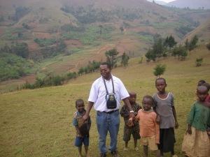 Padre Pierre in fondo Namayange