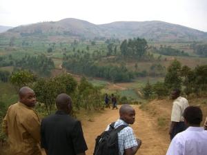 Sguardo su MARHADU dal Centro Cattolico Nyabangere nel fondo destra NYABANGERE e BOMBE, nel fondo NAKARHWA, nel fondo sinistra IKUNGU