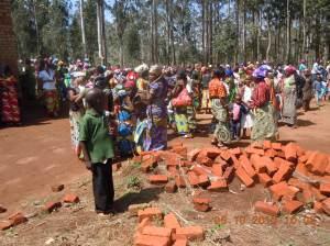 à la sortie de la messe à Nyabangere